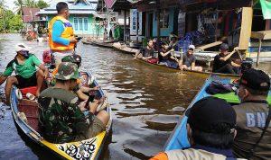 Penanganan darurat banjir di Desa Nanga Embaloh, Kecamatan Embaloh Hilir, Kabupaten Kapuas Hulu, Kalimantan Barat Minggu (20/9/2020) (foto: Pusdalops BNPB)