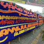 Sebagian karanagan bunga yang memenuhi halaman Pengadilan Negeri Medan pasca putusan gugatan Lapangan Merdeka. (Foto: Top Metro)