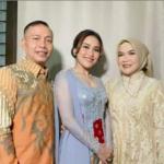 Ayu Ting Ting bersama Ayah Rozak dan Umi.